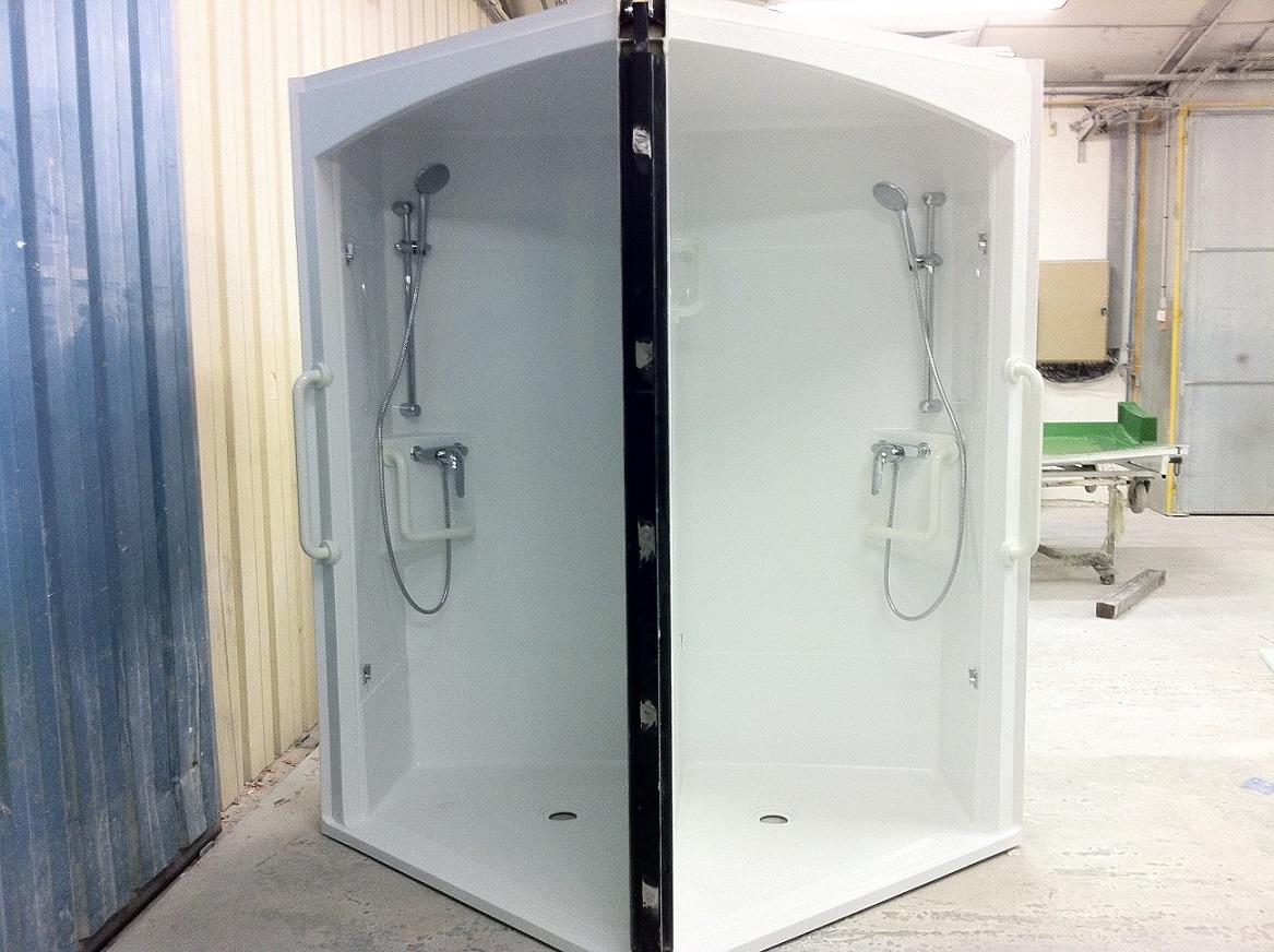 Le bloc de douches pour deux chambres voisines. La porte noire, au centre, est pivotante.