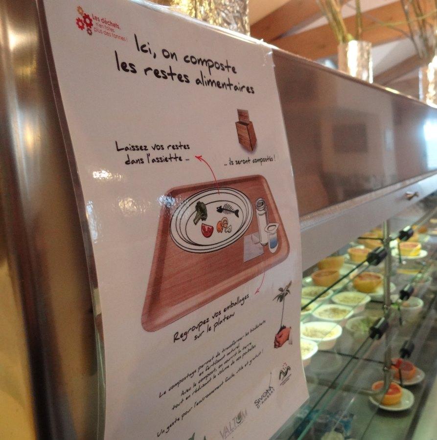 Une affiche incite le personnel à faire un pré-tri dans leurs plateaux repas