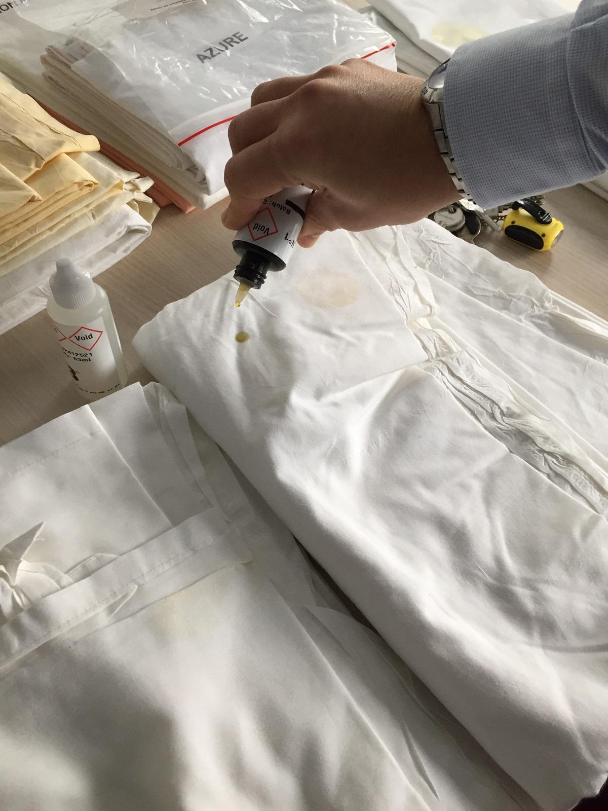 L'acheteur d'UniHa teste les draps pour savoir s'ils contiennent des polluants. Crédit : TecHopital/Geneviève De Lacour