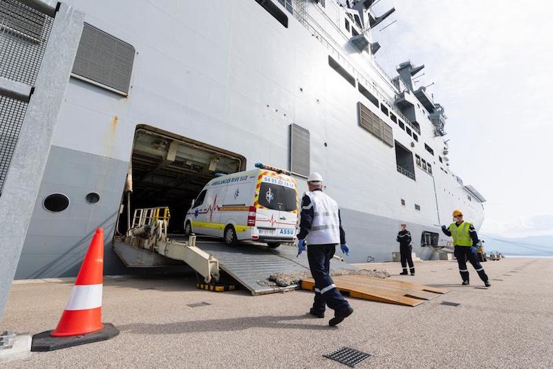 Transfert de patients Covid-19 sur le porte-hélicoptères Tonnerre (Crédit Ministère des armées/Dicod/SSA)